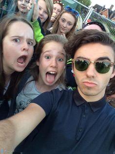 Nathan com fãs depois do #TotalAccessLive em Cheshire, na Inglaterra (via @AmyyySykes) (15 ago.)