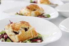 Sunday Lunch Recipe... Blätterteigtaschen mit Pilzen auf Salatbett mit Sauerrahmsauce, puff pastry filled with mushrooms and sour cream sauce