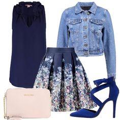 Questo outfit è composto da una gonna a campana con fondo blu decorato da una miriade di fiorellini, top blu con collo arricciato, giubbotto di jeans, scarpe blu con listini incrociati e tracollina color nude.