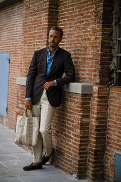 Pitti Uomo is underway and Robert Spangle has captured the most stylish men on the streets of Florence. Mens Fashion Suits, Mens Suits, Best Street Style, Most Stylish Men, Best Running Shoes, Running Trainers, Herren Outfit, Business Casual Outfits, Gentleman Style