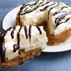 Banana Cream pie – Opskrift på kage til Super Bowl Springform 20 Cm, Banoffee Pie, Dessert Decoration, Recipe Boards, Banana Cream, Food N, Cream Pie, No Bake Desserts, Food Styling