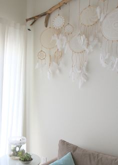 Diese Dreamcatchers sind One-of-a-Kind, jeweils mit einer verschiedene Deckchen oder andere Bit FLARE. Sie wäre eine tolle Dekoration für eine Hochzeit oder Jahrgang, romantisch oder böhmischen Ereignis. Sie sehen auch toll, hing alleine oder in einer Gruppe, wie im Beispielbild als Wohnkultur gezeigt. Diese einzigartige Dreamcatcher verfügt über einen Jahrgang Deckchen und echtes Lederband mit natürlichen weißen Federn in einer Holz-Stickerei-Reifen. Die Dreamcatcher in diesem Angebot…