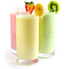 O que é um Smoothie? Um smoothie é uma bebida saudável, saborosa e muito refrescante. Feito com sucos, frutas, sorvetes, iogurtes e outros ingredientes naturais, é uma ótima fonte de energia, pois contém pouquíssima gordura e é rico em vitaminas e minerais. Um smoothie é mais do que uma bebida, é uma escolha de vida saudável ideal para quem se preocupa com o bem estar do corpo, mas não abre mão de uma combinação deliciosa.