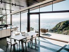 Cuisine ouverte et salle à manger sur un fond incroyablement beau du littoral californien