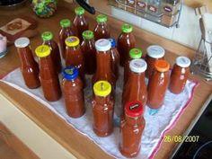 Rajčata nakrájíme na poloviny, jablka oloupeme a vykrojíme jádřince, cibuli oloupeme a nakrájíme na čtvrtky. Dáme do velkého asi 7L hrnce a přidáme os... Homemade Pickles, Thing 1, Hot Sauce Bottles, Chutney, Herbalism, Smoothie, Food And Drink, Pizza, Canning
