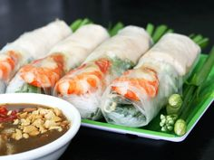 How to make fresh Vietnamese Spring Rolls, a. salad rolls or rice paper rolls , gỏi cuốn, a Vietnamese food / cooking recipe. This is a great Vietnamese appetizer for any occasion! Vietnamese Cuisine, Vietnamese Recipes, Appetizer Salads, Appetizer Recipes, Vietnamese Fresh Spring Rolls, Nem Nuong, Fresco, Clean Recipes, Healthy Recipes