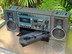 Randix HG-40P. Ghettoblaster con receptor de AM/FM en banda CCIR (87,5~108 MHz), magnetófono de cartuchos Compact Cassette y gramófono