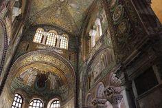 Mosaicos da Basílica de São Vital, em Ravena, região da Emília-Romanha, Itália.   Esses contam histórias do Velho Testamento, começando por Abraão e Isaque, passando por Moisés até a formação das 12 tribos de Israel.