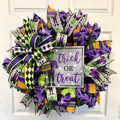 Spooky Halloween Decorations, Cute Halloween, Christmas Decorations, Halloween Wreaths, Wreath Crafts, Diy Crafts, Wreath Ideas, Halloween Bottle Labels, Whimsical Fashion