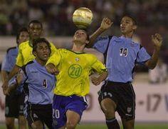 En esta imagen podemos observar esta grandiosa jugada en la cual el jugador de la casaca amarilla numero 20 se pone el balón en la cabeza mientras los otros jugadores salen al ataque del balón intentando bajarlo de alli.