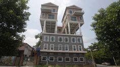 Dos casas se posan sobre una fábrica en Guangdong, China