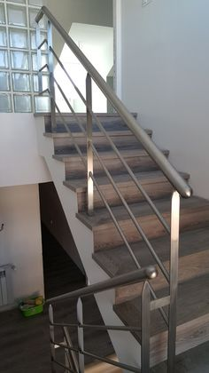 23 Best Ideas For Cable Stairs Railing Diy Modern Deck Stainless Steel Stair Railing, Black Stair Railing, Interior Stair Railing, Wrought Iron Stair Railing, Stair Railing Design, Stair Handrail, Stair Decor, Staircase Railings, Railing Ideas
