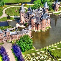 Honeymoon | Kasteel de Haar é o maior castelo da Holanda e está localizado nos arredores de Utrecht e uma meia hora de carro de Amsterdã. O edifício atual, todo construído em cima do castelo original, data de 1892 em um projeto de restauração neo-gótico financiado pela família Rothschild. O registro histórico mais antigo do local data de1391. Quer fugir um pouco da mesmice dos lugares de lua de mel e conhecer os Países Baixos? #icasei #wedding #casamento #luademel #honeymoon…