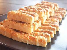 Nagyon egyszerű gyors, és finom omlós fokhagymás sajtos rúd recept. Összeállítás után 15 perc pihentetés után már nyújthatjuk, süthetjük. Remek sós vendégváró, fűszeres snack egy pohár ital mellé, vagy a reggeli kávé, tea mellé.... Hot Dog Buns, Hot Dogs, Crochet Doll Pattern, Apple Pie, Rum, Bread, Food, Brot, Essen