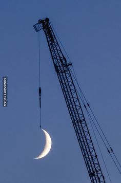 Forced Perspective Photography - Hung the moon Excited Pictures, Cool Pictures, Cool Photos, Perfect Timed Pictures, Time Pictures, Creative Photography, Amazing Photography, Nature Photography, Forced Perspective Photography