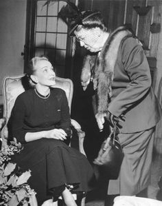 Marlene Dietrich (actress) meets Eleanor Roosevelt (President Franklin Delano Roosevelt's outspoken wife, on the right) Hollywood Actor, Golden Age Of Hollywood, Vintage Hollywood, Classic Hollywood, Vintage Vogue, Hollywood Stars, Marlene Dietrich, Eleanor Roosevelt, Rita Hayworth