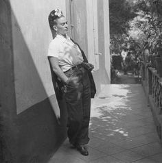 Frida con vestido masculino. Frida dressed like a man.
