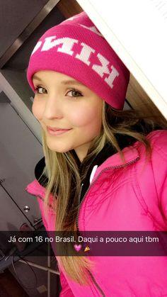 Larissa Manoela Info (@lmanoelainfo) | Twitter Poses, Youtubers, Snapchat, Diva, Beanie, Outfits, Fashion, Green Eyed Girls, Celebrity Photos