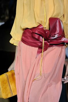 Amazing color blocking combo accentuated by a gorgeous wide leather belt | @ The House of Beccaria#