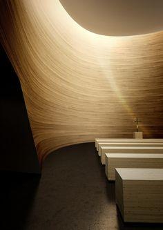 Kamppi Chapel of Silence by K2S. Das Design der Wand und die Beleuchtung sind einfach großartig.
