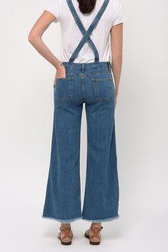 Cimarron revisite la salopette classique dans une version 70's : faussement usée, pantalon large raccourci et ourlets francs.