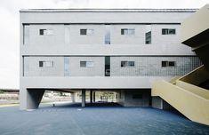 Vanke Experimental Kindergarten,North facade covered with glass bricks and concrete coatings. Image © Siyu Zhu