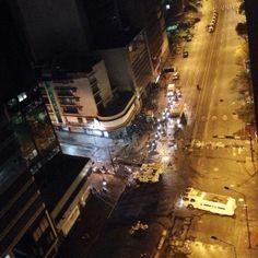 """27 de mar. de 2014 / """"#27M 9:01 pm Bombas lacrimógenas, tanquetas, ballenas y funcionarios de la GNB invaden #Chacao"""""""