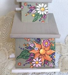 BIRDHOUSE- HAND PAINTED BIRDHOUSE WITH DAISIES