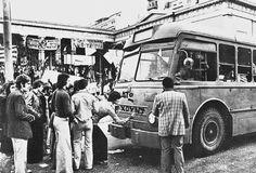 Σταματούν τα λεωφορεία και τα τρόλλεϋ στην οδό Πατησίων, μπροστά από το Πολυτεχνείο και πετούν προκηρύξεις μέσα από τα παράθυρα. Γράφουν συνθήματα πάνω στα οχήματα για να μεταφερθούν σε όλη την Αθήνα και να δώσουν κουράγιο στους καταπιεσμένους από την Χούντα.