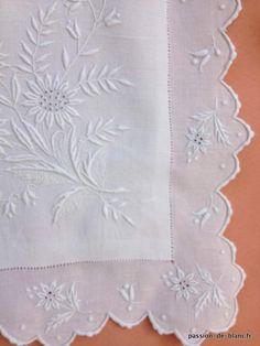 Linge ancien de lit > Draps, Taies... > LINGE ANCIEN/ Somptueuse taie festonnée avec broderie blanche et monogramme TV sur toile de fil de lin - Linge ancien - Passion-de-Blanc - Textiles anciens