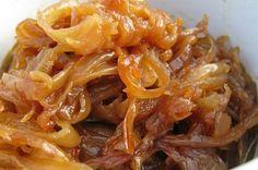 Você gosta de cebola caramelizada como acompanhamento mas não sabe preparar? Veja esta receita e faça cebolas douradas, macias e suculentas.