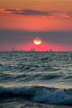 Sunset over Chicago skyline, as seen from across Lake Michigan Lago Michigan, Michigan City, Guilin, Chicago Skyline, Ny Skyline, Road Trip Usa, Beautiful Sunset, Beautiful Places, Northern Lights