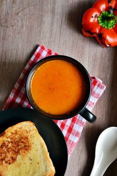 Roasted bell pepper soup: Healthy and tasty low cal soup with roasted bell peppers.  Recipe @ http://cookclickndevour.com/roasted-bell-pepper-soup-recipe  #healthy #cookclickndevour #soup #vegan