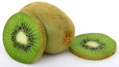 Kada kažete kivi, neko prvo pomisli na vitamin C, neko na prehladu, neko na zimu, a neko na voćnu salatu. I stvarno, sve asocijacije su korektne. Kivi jeste zimsko voće prepuno vitamina C, poznato po svom antioksidativnom dejstvu. Neizbežan je u borbi protiv virusa, ali je isto tako neizbežan...