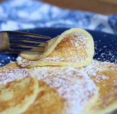 Minimum sacharidů, spousta kvalitních tuků a bílkovin. Jemná a nadýchaná dobrota, kterou si můžete užívat bez výčitek. Ideální pro sportovce! Ingredience 120 g smetanového sýra (např. Žervé/Lučiny/plnotučného tvarohu) 4vejce volitelné: vanilka či skořice jako koření Postup Smíchejte vejce a Žervé/Lučinu dohromady pomocí ručního robotu a nechte chvíli odstát. Na pánvi nechtě zahřát kousek másla, poté