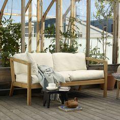 Das Virkelyst Sofa von Skagerak ist mit seinem Mix aus natürlichem Holz und wetterbeständigen Polstern ein gemütlicher Begleiter für den Außenbereich.