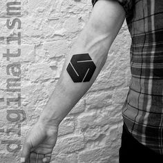 Moscow-based digital and tattoo artist Stanislaw Wilczynski creates minimalist geometric tattoos inspired by the Russian suprematism movement. His artwork could Dreieckiges Tattoos, Black Ink Tattoos, Line Tattoos, Tatoos, Geometric Arrow Tattoo, Geometric Tattoo Design, Triangle Tattoos, Inner Forearm Tattoo, Arm Band Tattoo