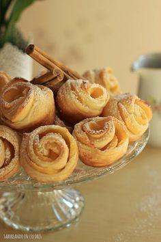 Unas bonitas y riquísimas rosas de manzana a la canela, hechas con hojaldre. Fáciles y rápidas de hacer Food N, Food And Drink, Sweet Desserts, Dessert Recipes, Garlic Bread, Mini Cakes, Finger Foods, Almond, Tasty