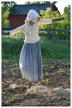 A Mrs. Scarecrow - somehow I just like the way this looks. :)  Photo By Loyd Heath #farmhouse #style #scarecrow
