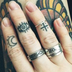 I find so much beauty in finger tattoos Finger Tattoos, Hand Tattoos, Body Art Tattoos, Cool Tattoos, Henna Finger Tattoo, Eye Tattoos, Hand Henna, Tatoos, Piercing Tattoo