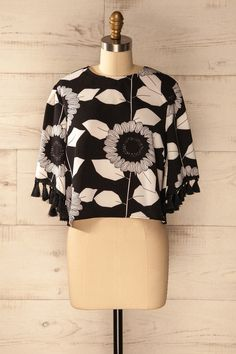 Sur la photo en noir et blanc, le champ de tournesols était lumineux.    The sunflower field was luminous in the black and white photograph. Black and white floral print top https://1861.ca/collections/products/petalou