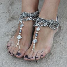 Bridal Anklet Wedding Ideas - Add your big day blooms to your ankles for a fresh twist on the flower crown or let your feet do the talking with the addition of a bejewelled anklet or create impact with barefoot bridal sandals. Hippie Look, Hippie Style, Style Boho, Gypsy Style, Boho Gypsy, Bohemian, Estilo Boho Chic, Estilo Hippy, Bride Forever