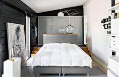 Vanhempien makuuhuoneen hirsiseinää vasten nojaa Outin veljen, taidemaalari Olli Niskasen, maalaama taulu. Huoneen perällä olevien liukuovien takaa löytyy tila vaatteiden säilytykselle.