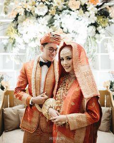 Photo @hierosphoto Makeup @veraferial Softlense @bohktoh.id Hijab @chintianafuad Organized @kinantiwedding Muslimah Wedding Dress, Wedding Hijab, Wedding Bridesmaid Dresses, Wedding Poses, Wedding Photoshoot, Javanese Wedding, Indonesian Wedding, Foto Wedding, Dream Wedding