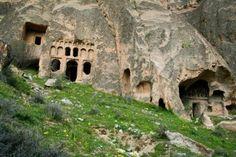 Uno de los lugares más interesantes en Capadocia es el Valle de Ilhara, un cañón que contrasta con el resto del paisaje debido a su vegetación regada por el río Melendiz. En sus laderas hay una decena de capillas que aún conservan sus frescos pintados hace más de 10 siglos. Son 14 kilómetros de recorrido que se pueden conocer a pie o a caballo.