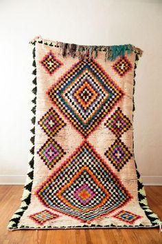 tapis marocain, carpette ethnique richement décorée