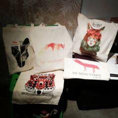Los ilustradores que más nos gustan y The Indian Runners, ya podéis encontrar sus tote bags en verdejade *Conrad Roset, Chamo San, Guim Tió, Paula Bonet y Ricardo Cavolo*