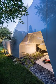 Futurismus in Architektur und Interieur-Design – CoMed Haus in Wien - Dekoration ideens Architecture Origami, Compact Living, Outdoor Areas, Swimming Pools, Kitchen Design, Living Spaces, Modern Design, House Design, Building