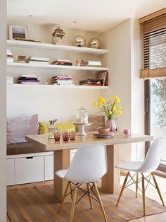 Muebles a medida en un pequeño comedor. Estantes abiertos.