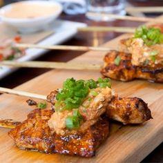 Pollo anticucho con rocoto pesto